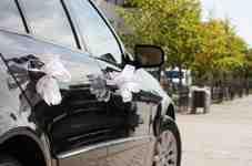 Comment décorer une voiture de mariage avec du tulle?