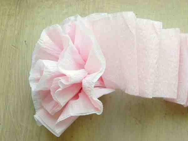 Comment faire des roses en papier crépon?