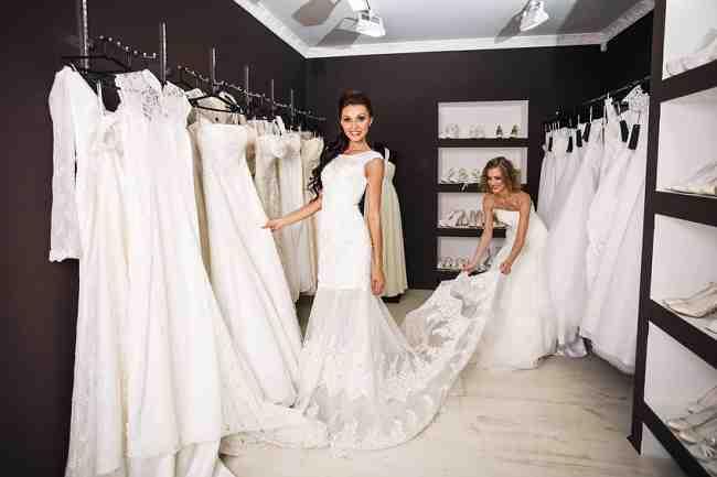 Qui devrait payer la robe de la mariée?